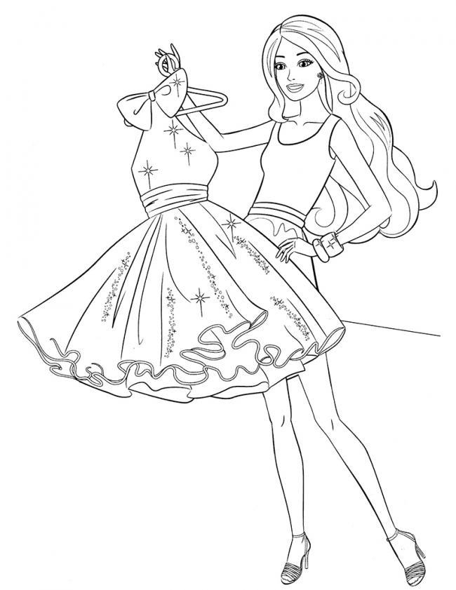 Bé tập tô công chúa Barbie đang thử váy