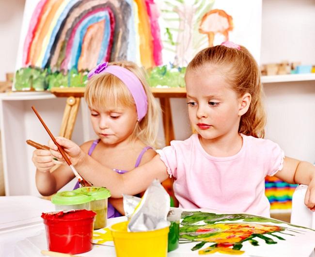 Trẻ em được tự do lựa chọn màu sắc tô tranh