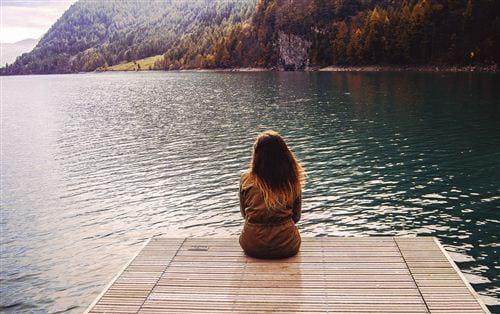 Hay có nhiều cô nàng buồn trong tình yêu tìm đến một nơi chỉ có biển, núi để trải lòng