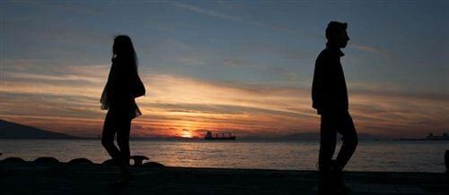 Khi chia tay, mỗi người sẽ nhìn và đi theo một hướng khác nhau