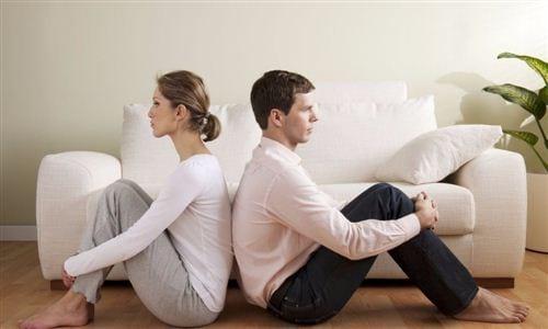 Sự im lặng trong chuyện tình cảm khi cả hai ngồi gần nhau nhưng không dám đối diện