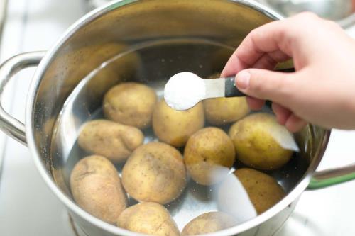 Cho muối vào nồi luộc khoai tây