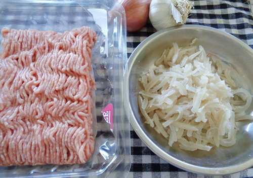 Sơ chế phần bì lợn thật sạch