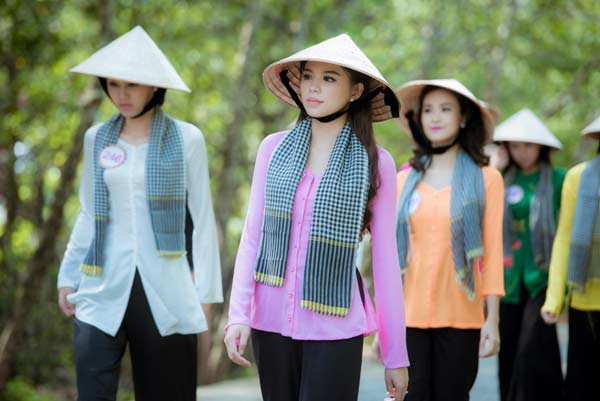 Áo bà ba kết hợp cùng nón lá và khăn rằn
