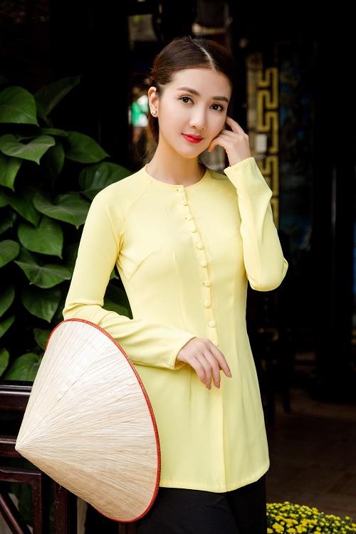 Mẫu áo bà ba hiện đại có phần chiết eo làm tôn lên vóc dáng của người mặc