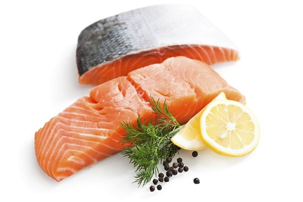 Chuẩn bị cá hồi phi lê để chế biến món ăn