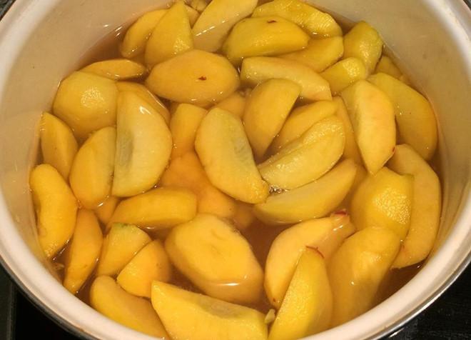 Đào khi ngâm phải thật giòn và có màu vàng đẹp mắt. yêu cầu khi làm trà đào